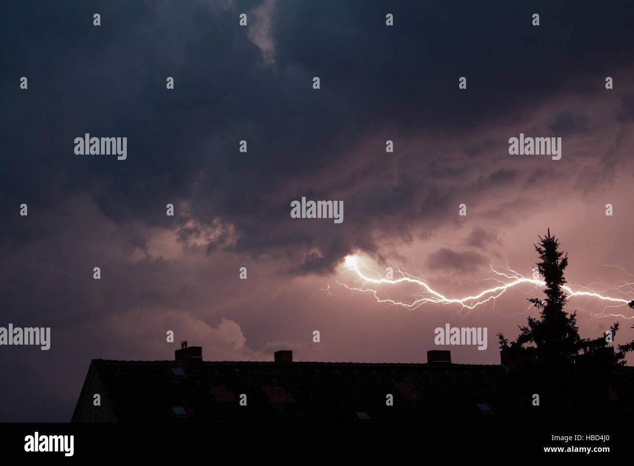 Gewitter über der Stadt Stockfoto