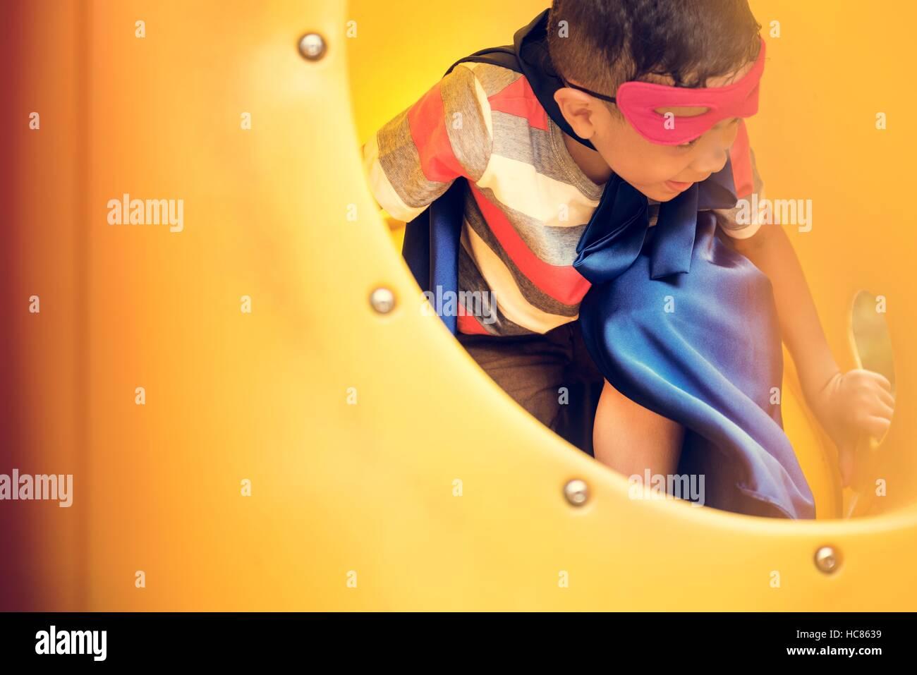 Spielplatz Hof Superhelden Freiheit Kind junge Konzept Stockbild