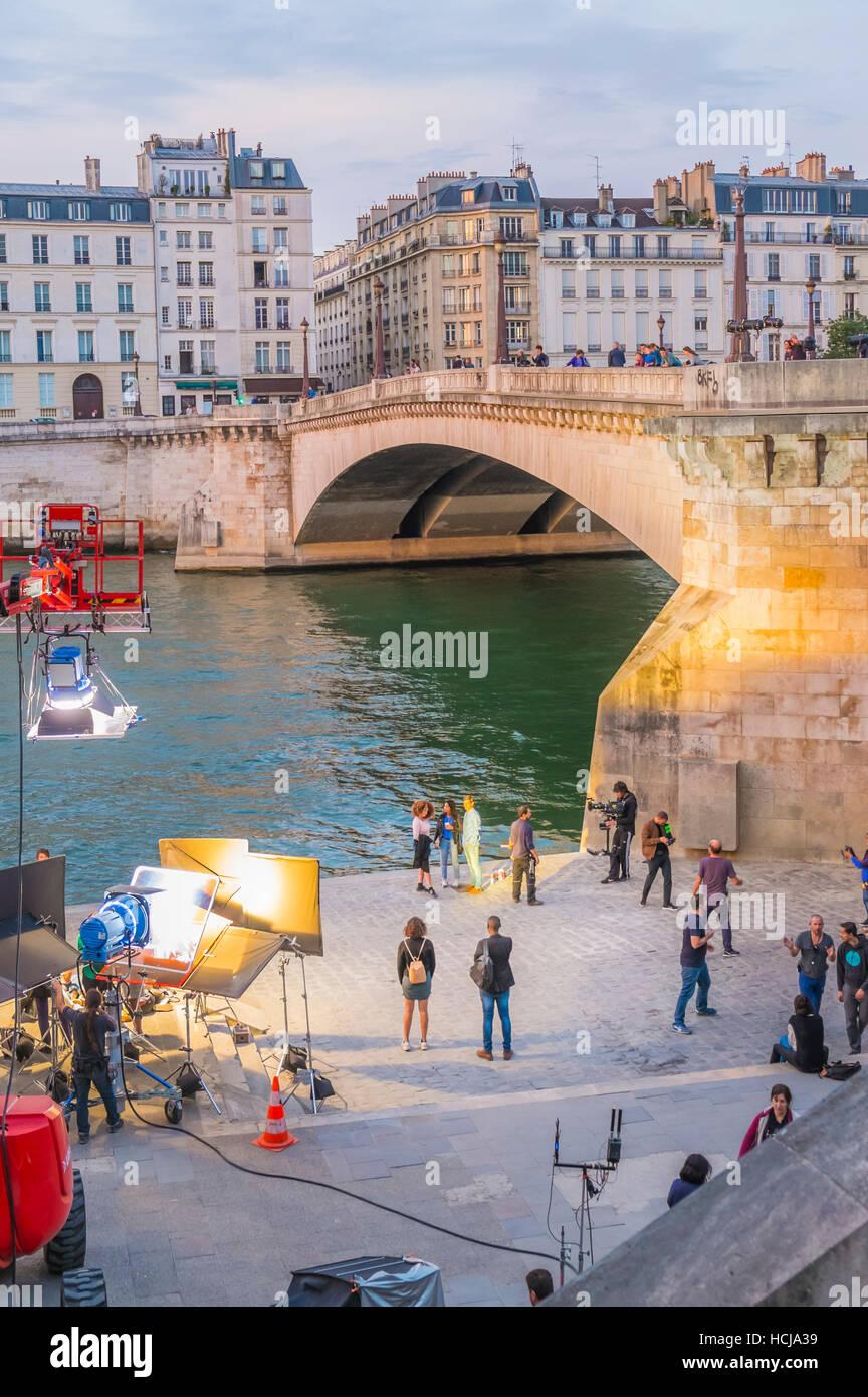 Filmaufnahmen, die Vorgänge in der Dämmerung am Ufer des Flusses seine Stockbild