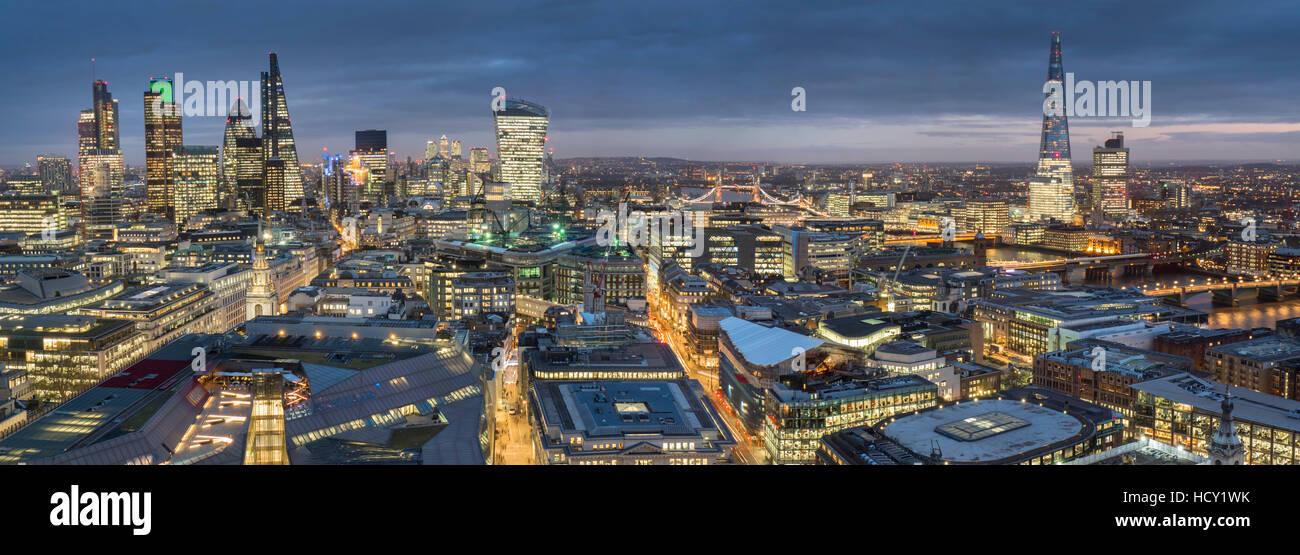 Stadtpanorama in der Abenddämmerung, London, UK Stockbild