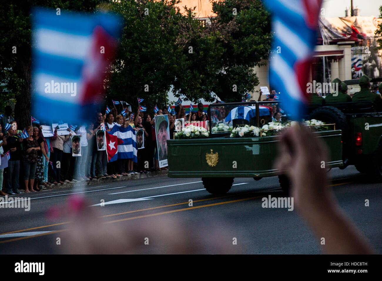 Eine Karawane mit der Asche von Präsident Fidel Castro Ruz fährt durch die Straßen in Havanna, Kuba Stockbild