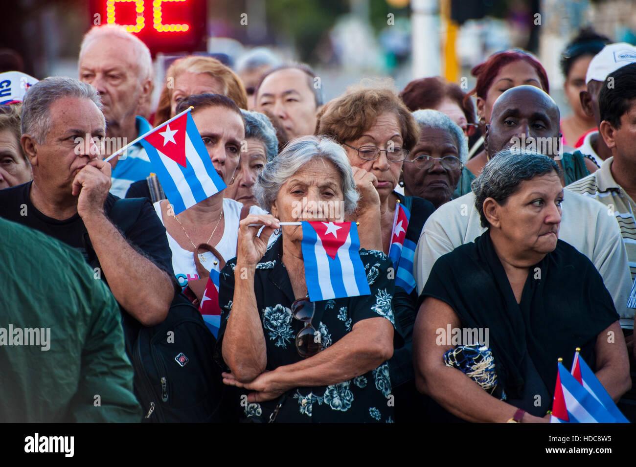 Trauernden erwarten die Ankunft von Fidel Castros Asche in Havanna, Kuba Stockbild