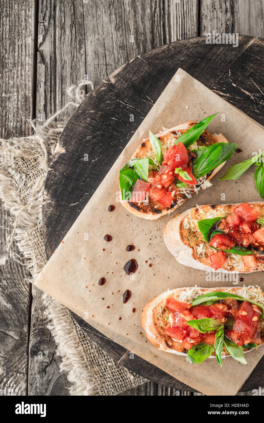 Tomaten-Basilikum-Brot würzen Gemüse Board Essen Stockbild