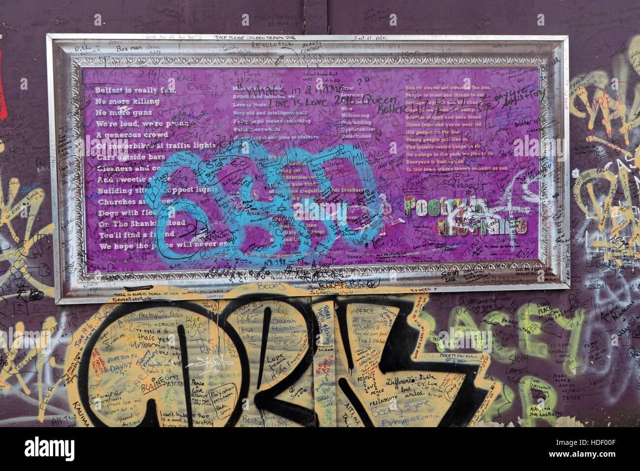 Laden Sie dieses Alamy Stockfoto Ablehnung der Poesie in der Frame - Belfast International Peace Wand Cupar Weg, West Belfast, NI, UK - HDF00F