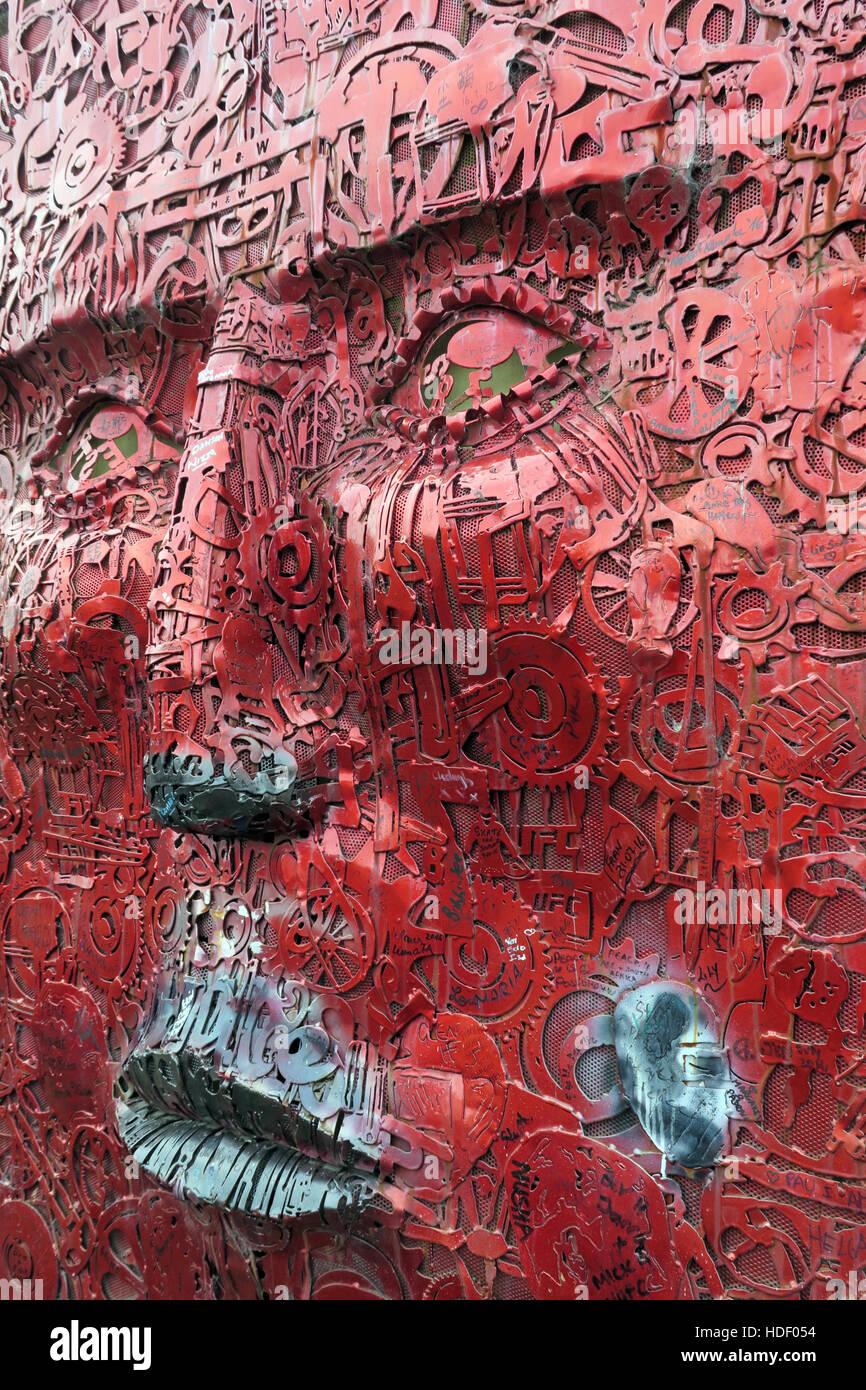 Laden Sie dieses Alamy Stockfoto Das Gesicht von Künstler Kevin Killen, ist Teil des Wenn Wände sprechen könnten Projekts, West Belfast, Nordirland, Vereinigtes Königreich - HDF054