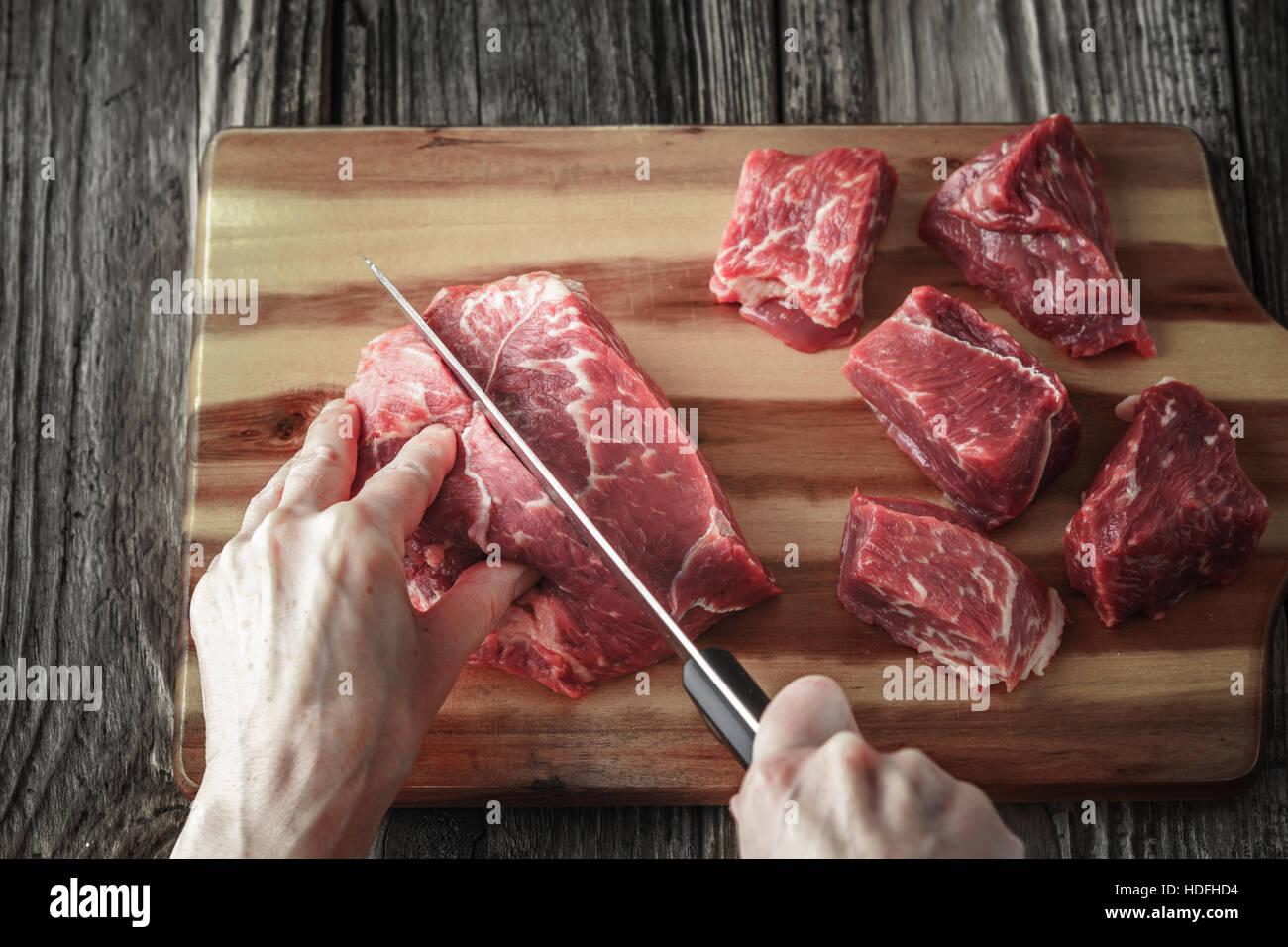 Schneiden von Angus Rindfleisch auf dem Holztisch horizontale Stockbild
