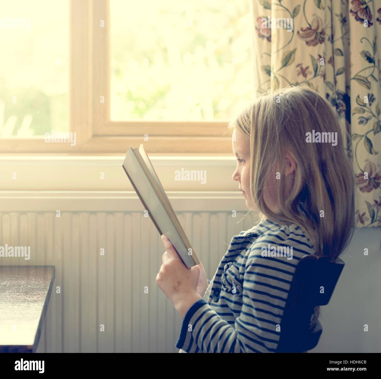 Entzückende niedliche Mädchen lesen Storytelling Konzept Stockbild