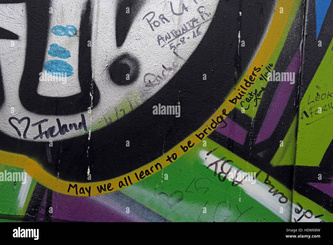 Laden Sie dieses Alamy Stockfoto Können wir alle lernen, werden Brückenbauer - Belfast International Peace Wall Graffiti, Cupar Weg, West Belfast, NI, UK - HDM08W