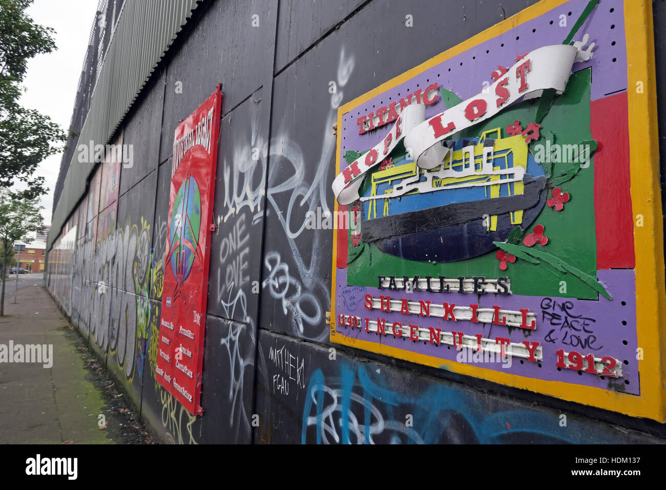 Laden Sie dieses Alamy Stockfoto Titanic Hope Lost - Belfast International Peace Wand Cupar Weg, West Belfast, NI, UK - HDM137