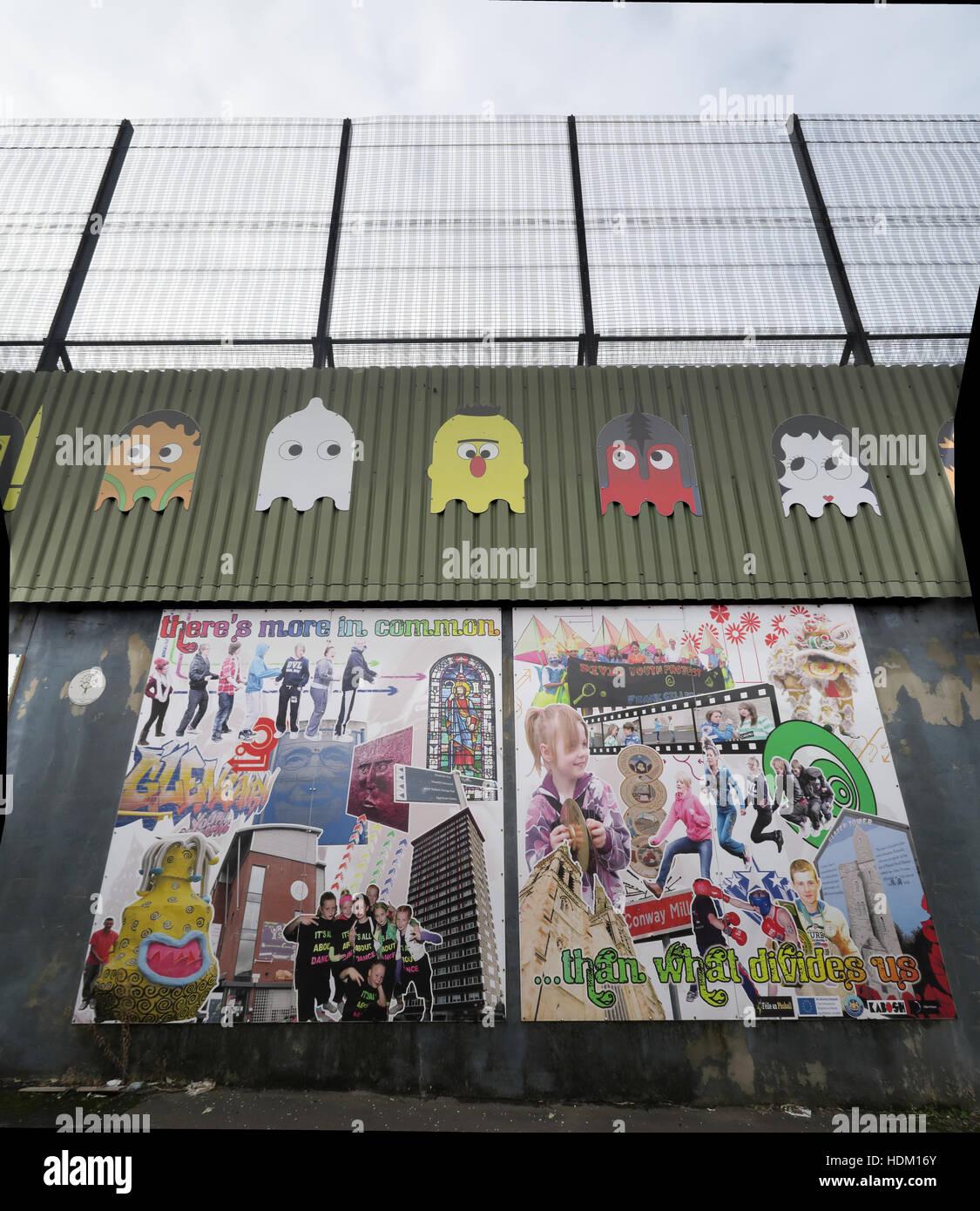 Laden Sie dieses Alamy Stockfoto Wir haben mehr gemeinsam... Belfast International Friedensmauer, Cupar Weg, West Belfast, NI, UK - HDM16Y