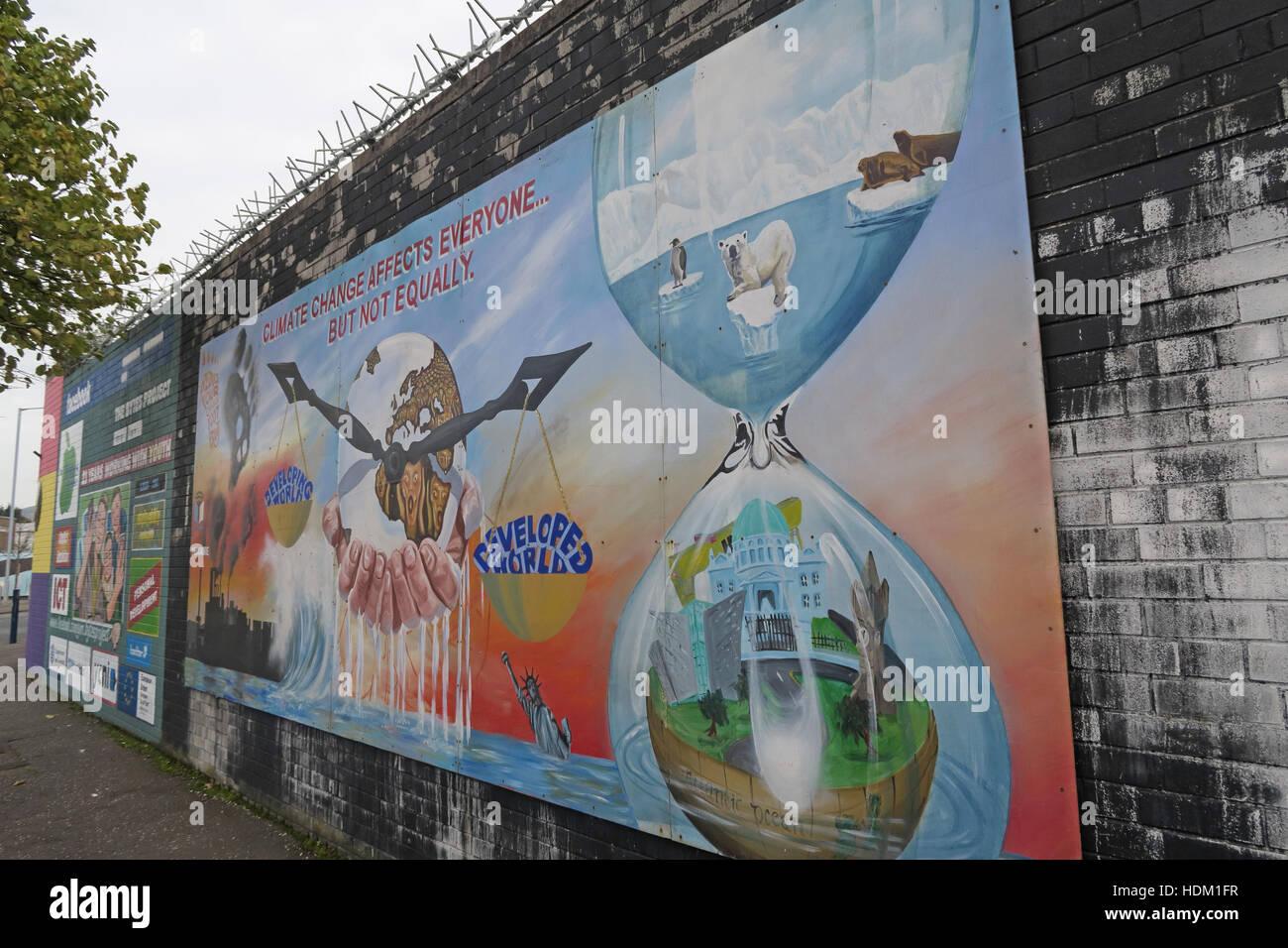 Laden Sie dieses Alamy Stockfoto Belfast fällt Rd Frieden Wandbild, Klimawandel - HDM1FR