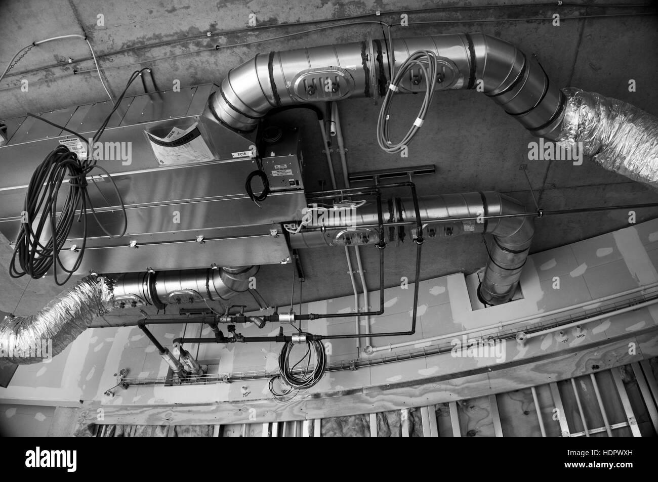 Sanitär- und Elektro-Dienstleistungen-Conduit in einem modernen Gebäude Stockbild