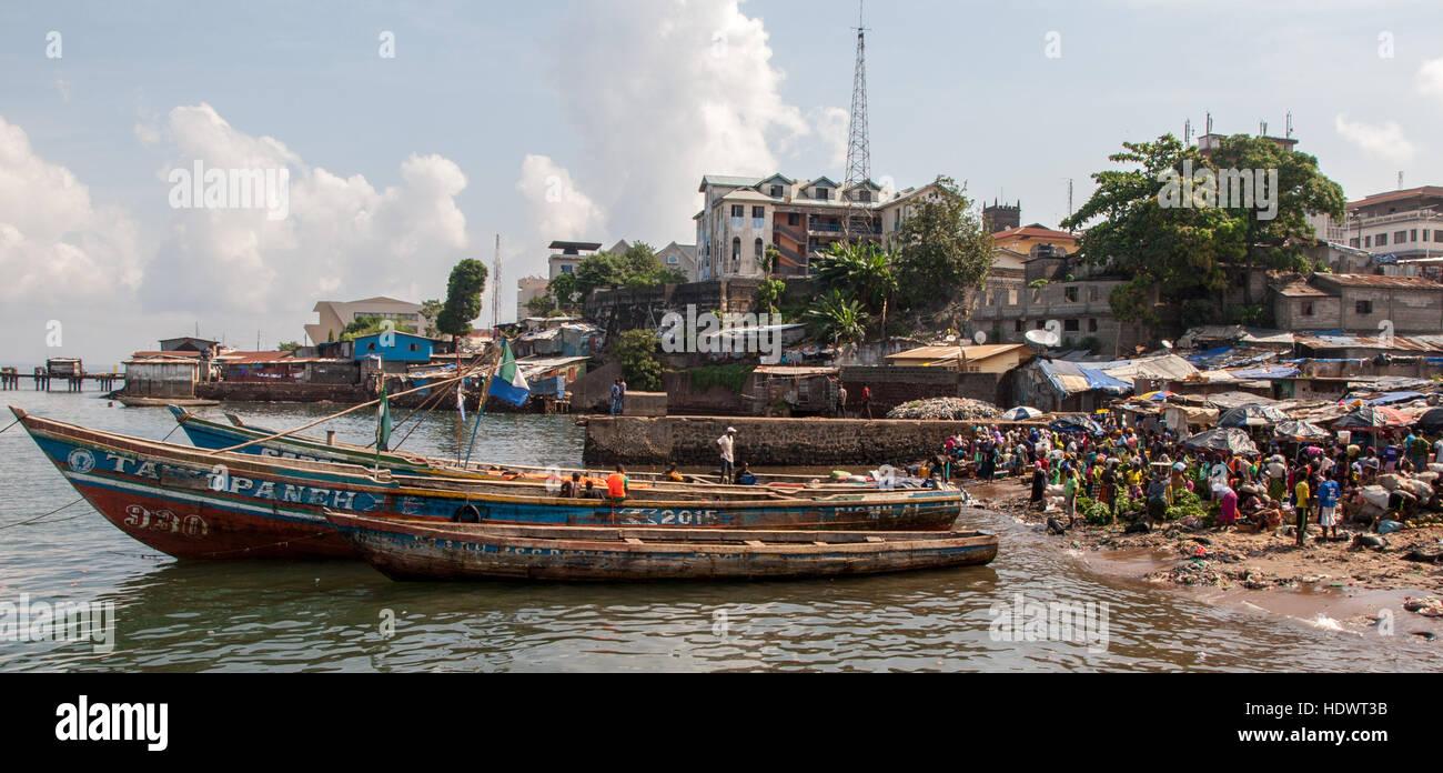 Hart umkämpften Markt in der Nähe von Freetown slum Stockbild
