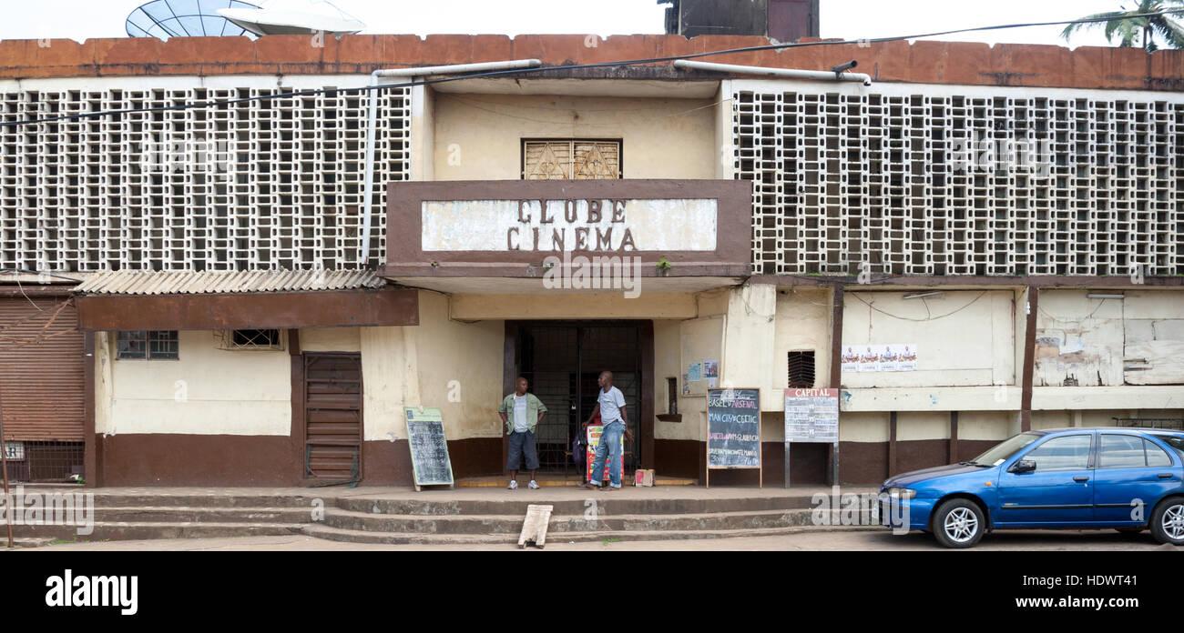 Globe-Kino in Freetown, die Ankündigung der europäischen Fußball-Liga-Spiele Stockbild