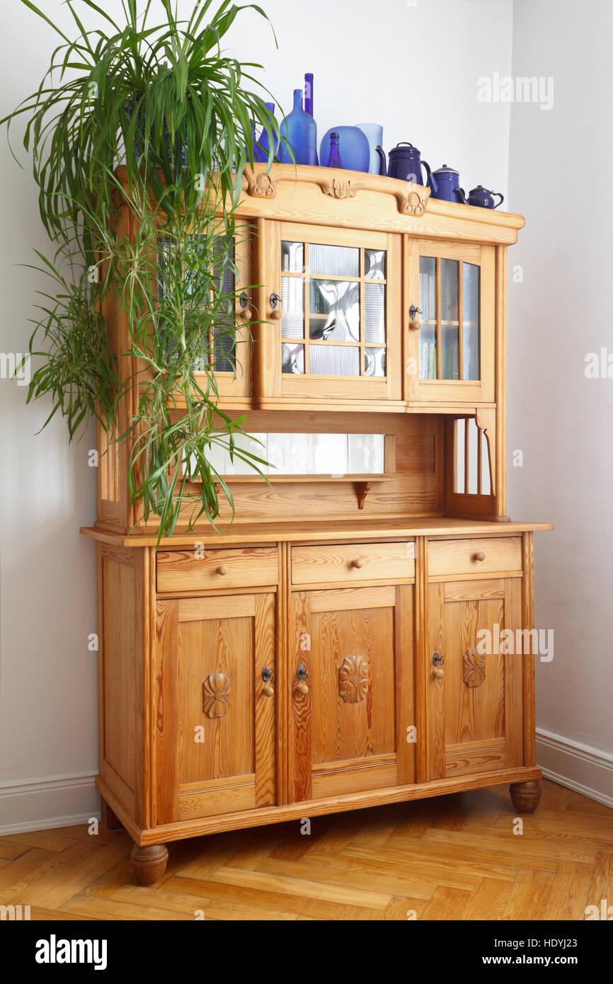 Alte kiefer Schrank mit Holz- und Glastüren, Schubladen, auf Eiche fischgrät Parkett, Nostalgische Möbel Stockbild