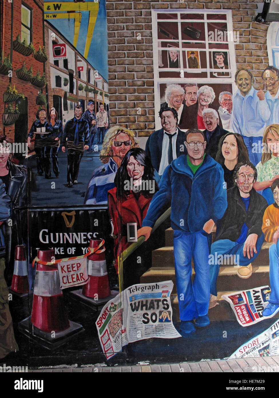 Laden Sie dieses Alamy Stockfoto Duke Of York Pub, Belfast - Titanic Wandbild Kunstwerke berühmter Iren - HE7M29
