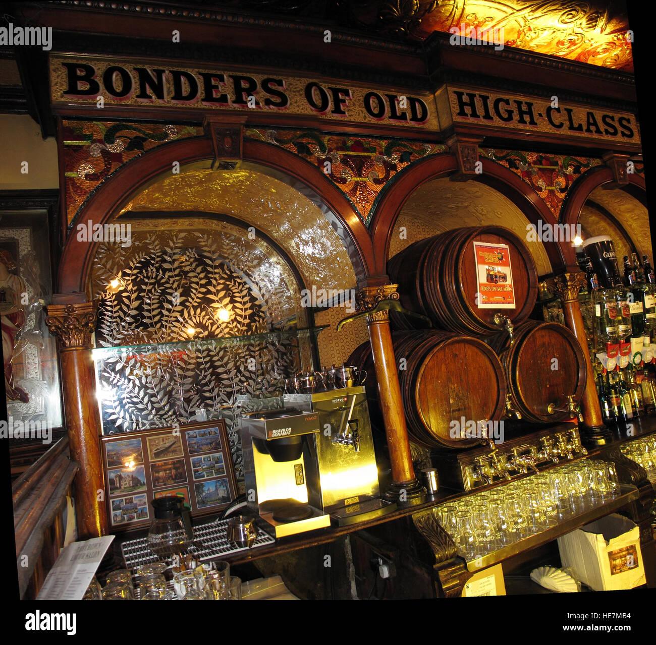 Laden Sie dieses Alamy Stockfoto Famous Crown Bar Spiegel, Gt Victoria St, Belfast - HE7MB4