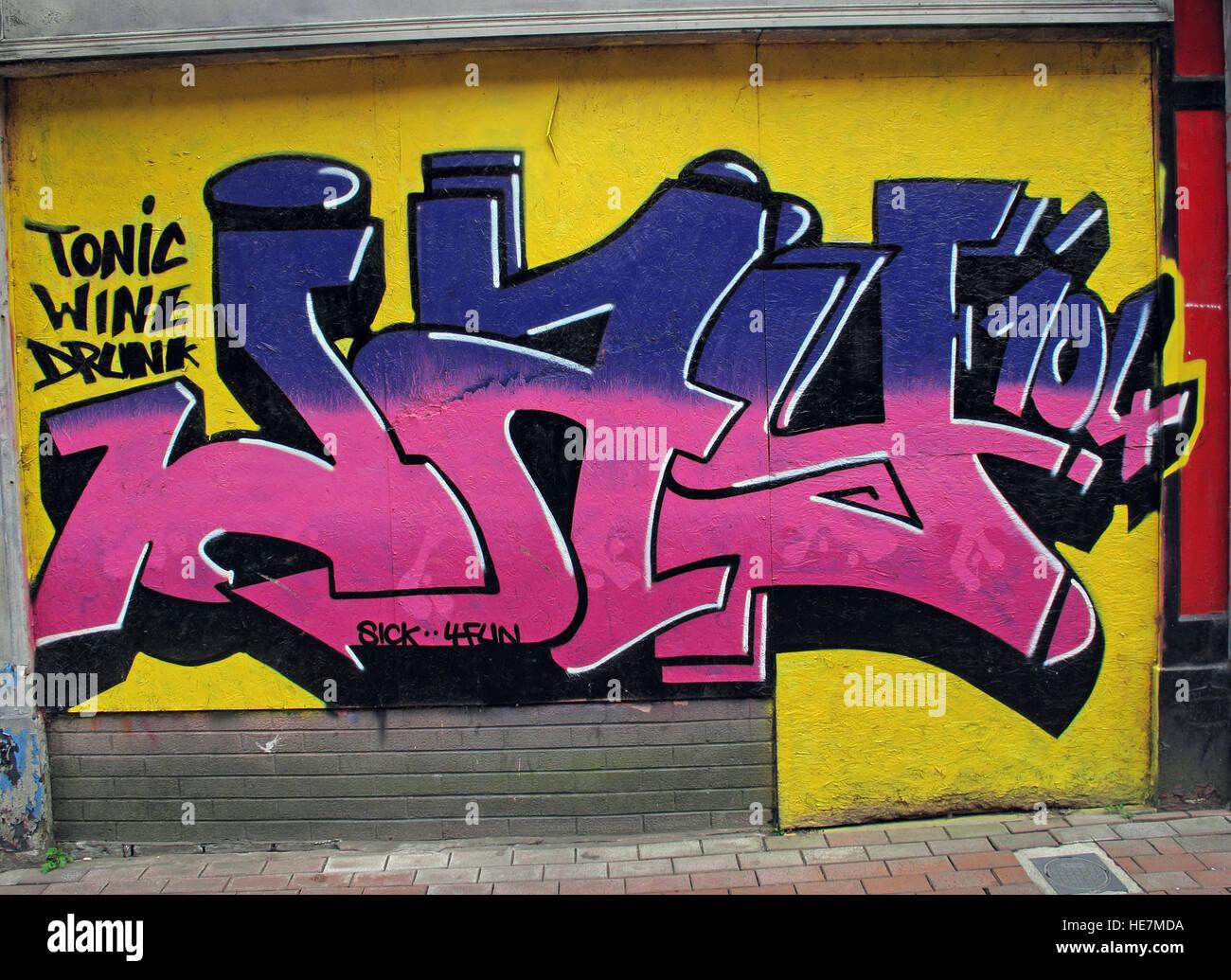 Laden Sie dieses Alamy Stockfoto Tonische Wein betrunken, Graffiti-Kunst, Garfield St Belfast City Centre, Nordirland, Vereinigtes Königreich - HE7MDA