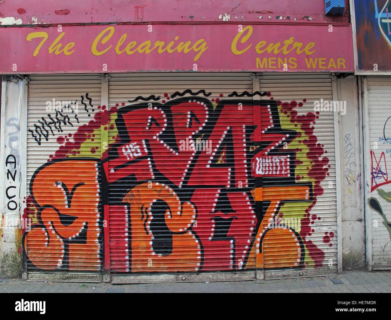 Laden Sie dieses Alamy Stockfoto Belfast Garfield St Clearing Center Menswear, Stadtzentrum, Nordirland, Vereinigtes Königreich - HE7MDR