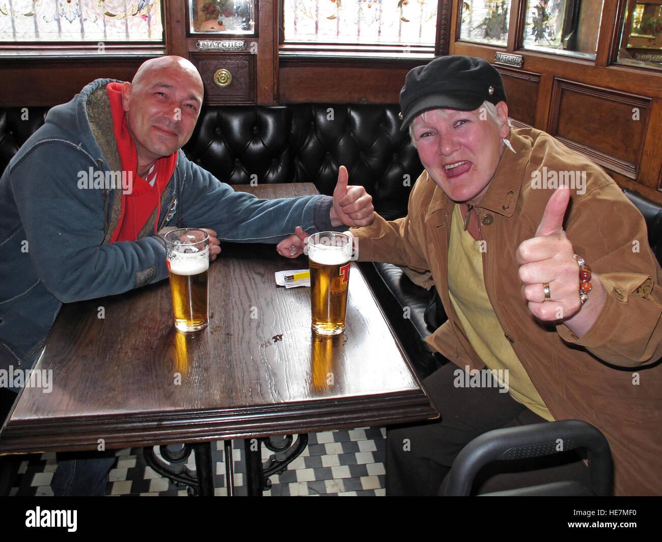 Laden Sie dieses Alamy Stockfoto Trinker in der berühmten Krone Bar, Gt Victoria St, Belfast - HE7MF0