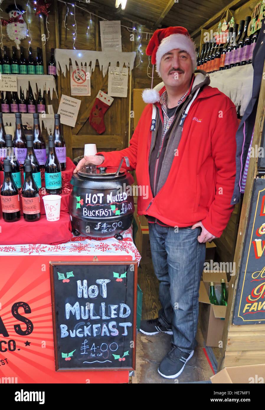 Laden Sie dieses Alamy Stockfoto Heißer Glühwein Buckfast Stärkungsmittel Wein Glasgow deutschen Markt, Scotland, UK - HE7MF1