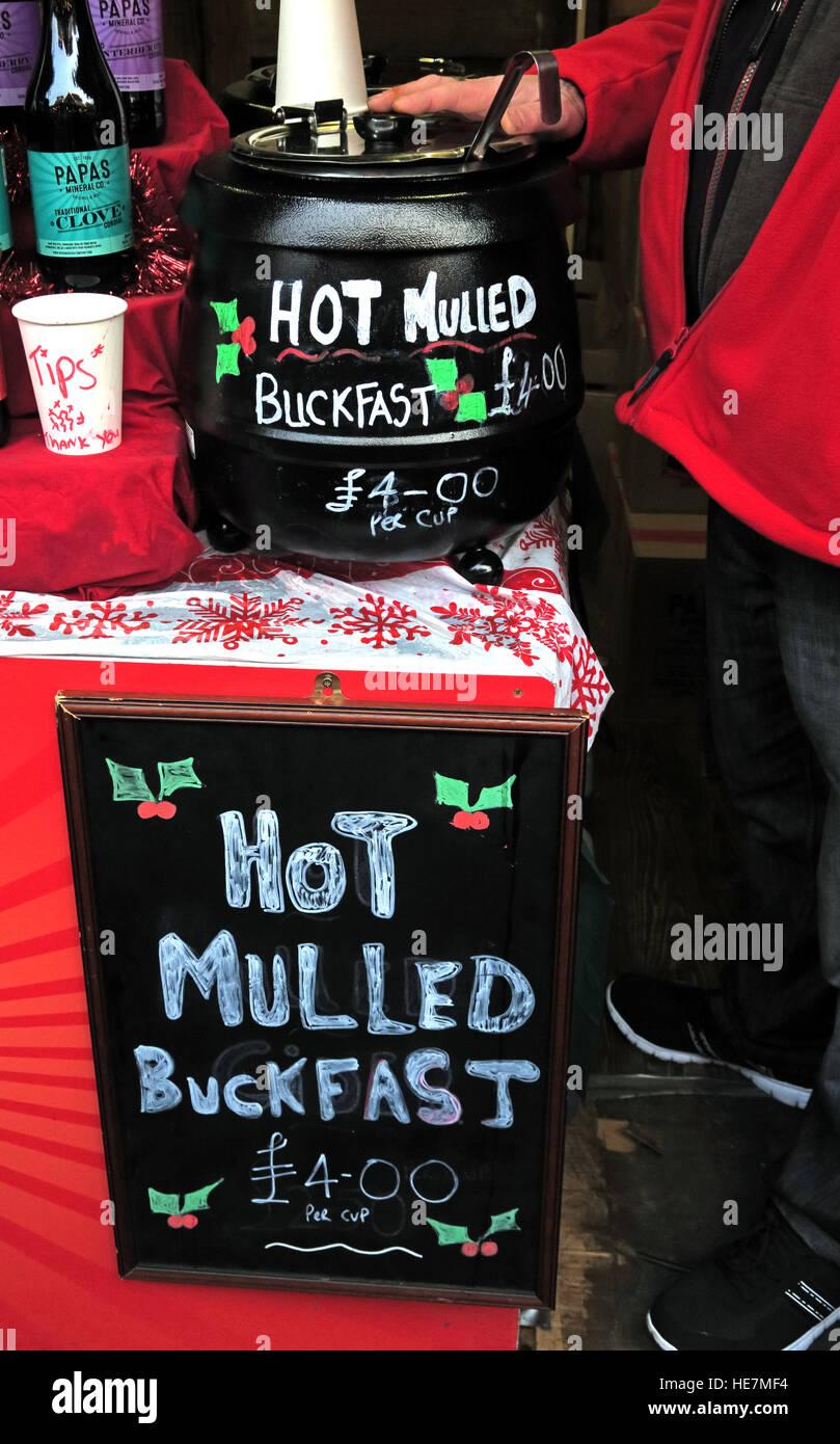 Laden Sie dieses Alamy Stockfoto Heißer Glühwein Buckfast Stärkungsmittel Wein Glasgow deutschen Markt, Scotland, UK - HE7MF4