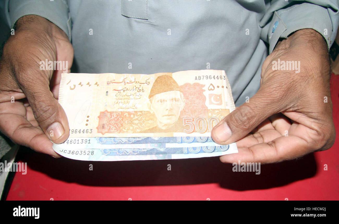 Devisenhändler zeigt Rs. 5000 Note, in Karatschi auf Montag, 19. Dezember 2016. Pakistan-Senat am Montag verabschiedete Stockbild