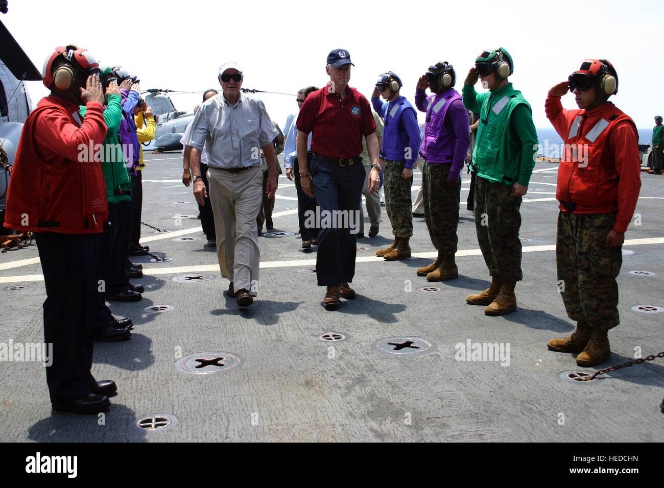 USN Rainbow Sideboys Segler begrüssen ehemaligen US-Präsidenten George H.W. Bush (links) und Bill Clinton, Stockbild