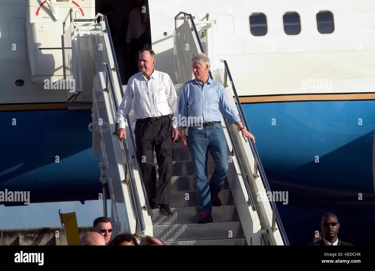 Ehemaligen US-Präsidenten George H. W. Bush (links) und Bill Clinton aussteigen ein USAF C-23 Sherpa Flugzeug Stockbild
