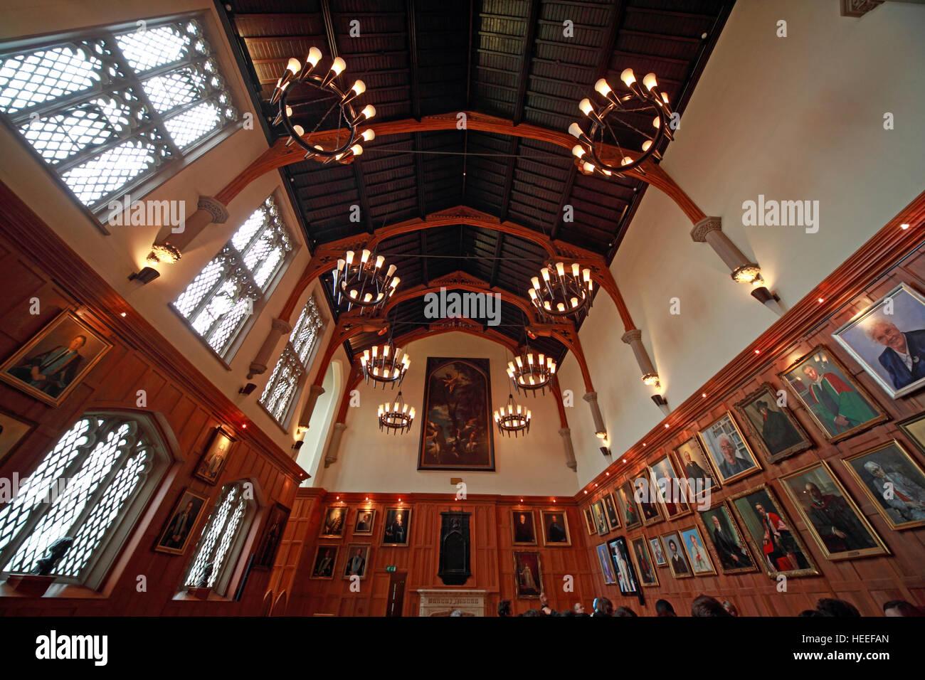 Laden Sie dieses Alamy Stockfoto Hallen der Queens University Belfast, mit Gemälden, Nordirland, Vereinigtes Königreich - HEEFAN