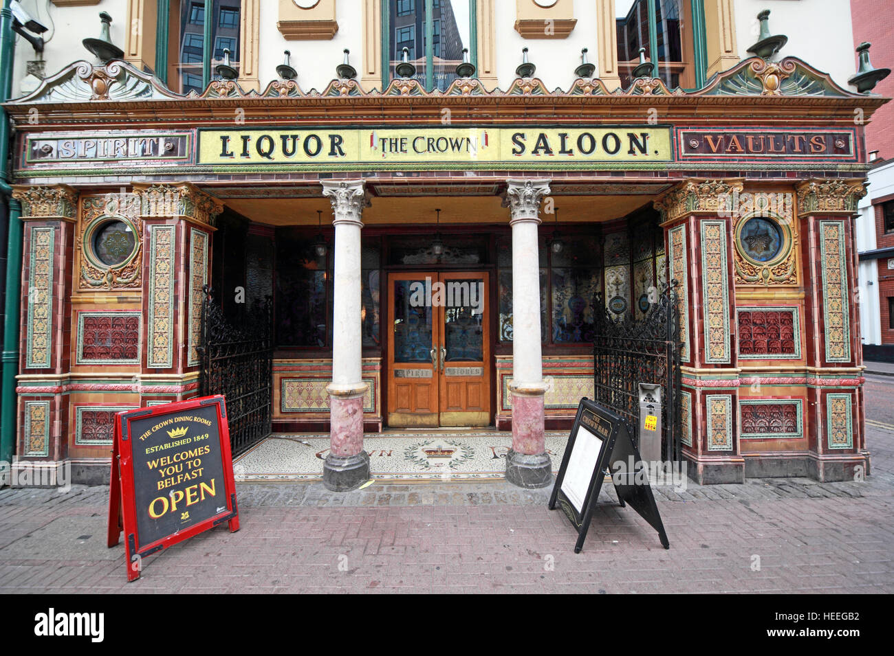 Laden Sie dieses Alamy Stockfoto Famous Crown Bar, Gt Victoria St, Belfast außen, Northern Ireland, UK - HEEGB2
