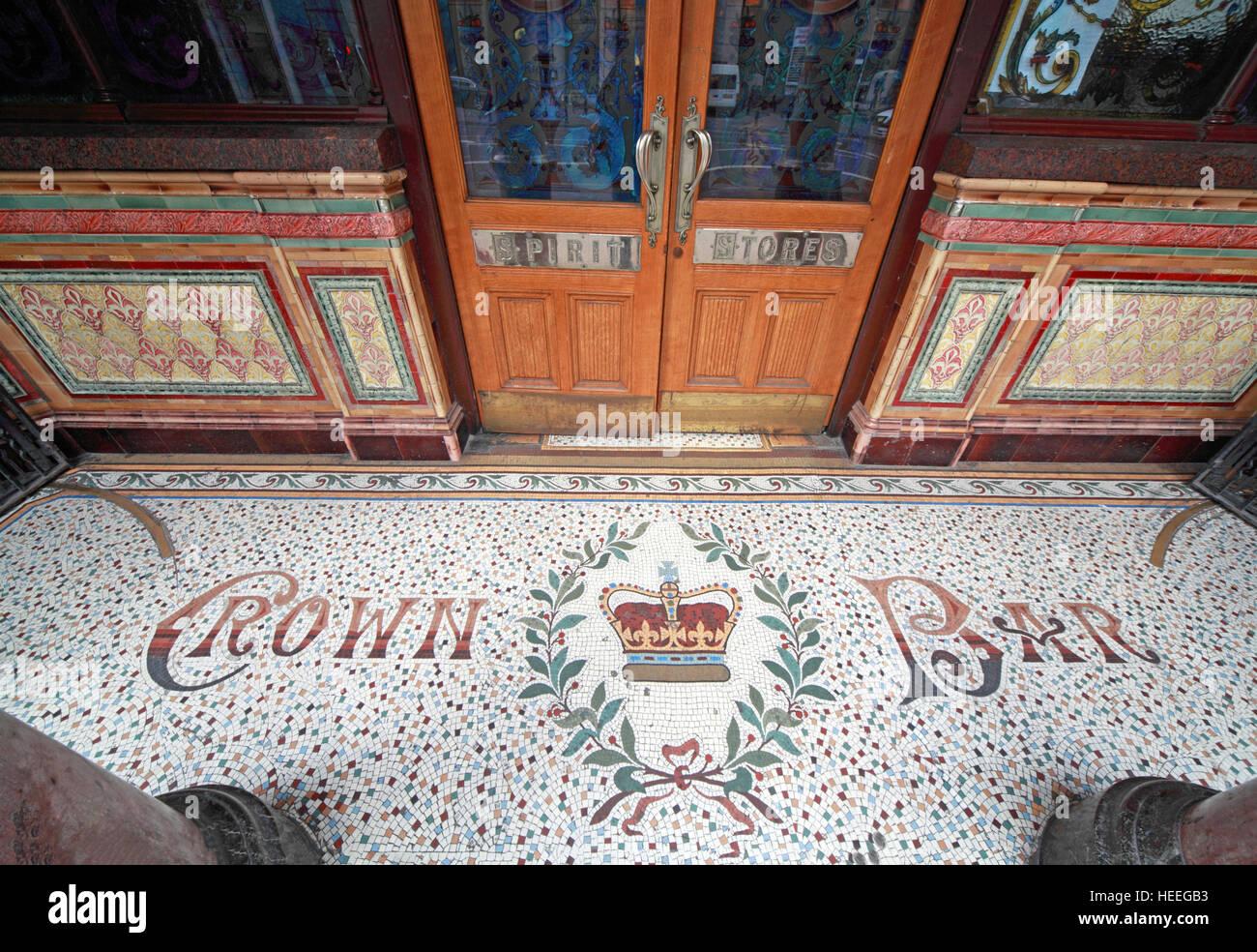 Laden Sie dieses Alamy Stockfoto Famous Crown Bar, Mosaik Eingangsebene Gt Victoria St, Belfast, Nordirland, Vereinigtes Königreich - HEEGB3