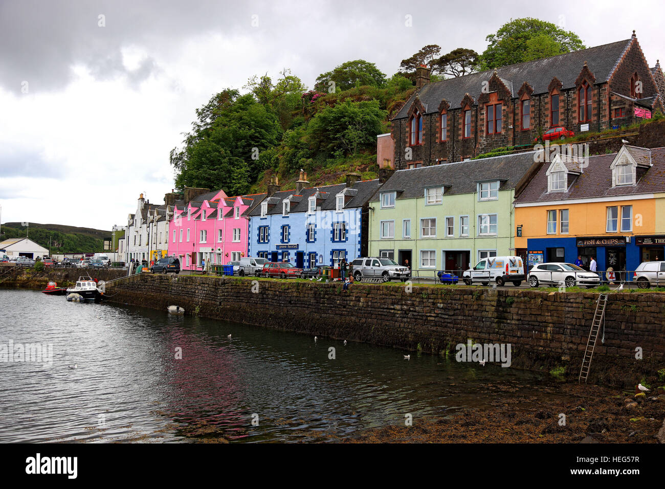schottland sterben der inneren hebriden isle of skye stadt portree bunte h user am hafen. Black Bedroom Furniture Sets. Home Design Ideas