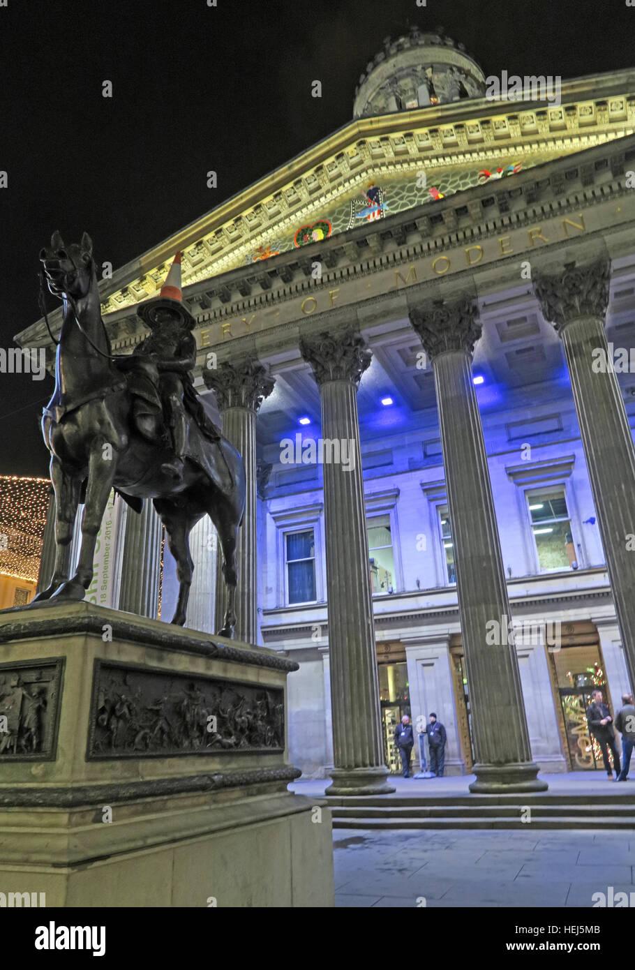 Laden Sie dieses Alamy Stockfoto Glasgow-Gebäude von der Merchant City, Schottland in der Nacht - GOMA und Verkehr Kegel auf Kopf des Herzogs von Wellington - HEJ5MB