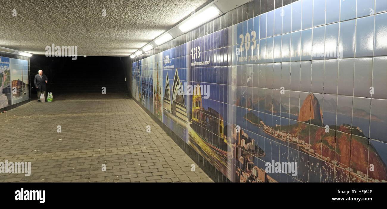 Laden Sie dieses Alamy Stockfoto Motherwell Stadtzentrum Unterführung bei Nacht, Lanarkshire, Schottland, UK-Person zu Fuß durch - HEJ64P