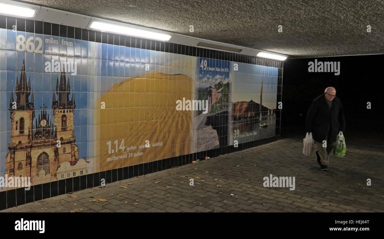 Laden Sie dieses Alamy Stockfoto Motherwell Stadtzentrum Unterführung bei Nacht, Lanarkshire, Schottland, UK mit shopper - HEJ64T