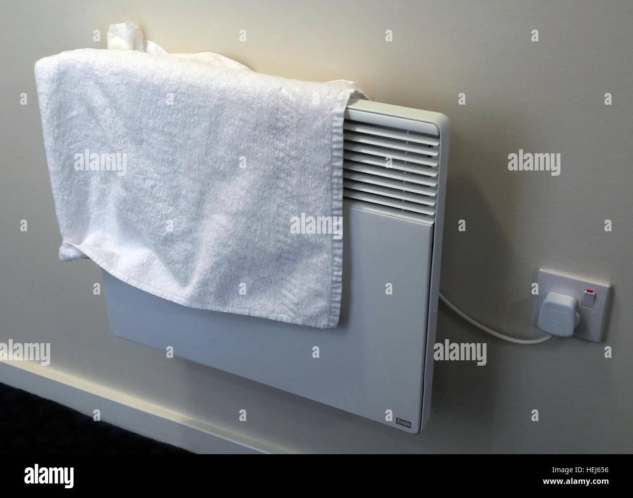 Laden Sie dieses Alamy Stockfoto Trocknen der Handtücher oder Kleidung auf elektrische Konvektion Heizungen, Brandgefahr - HEJ656