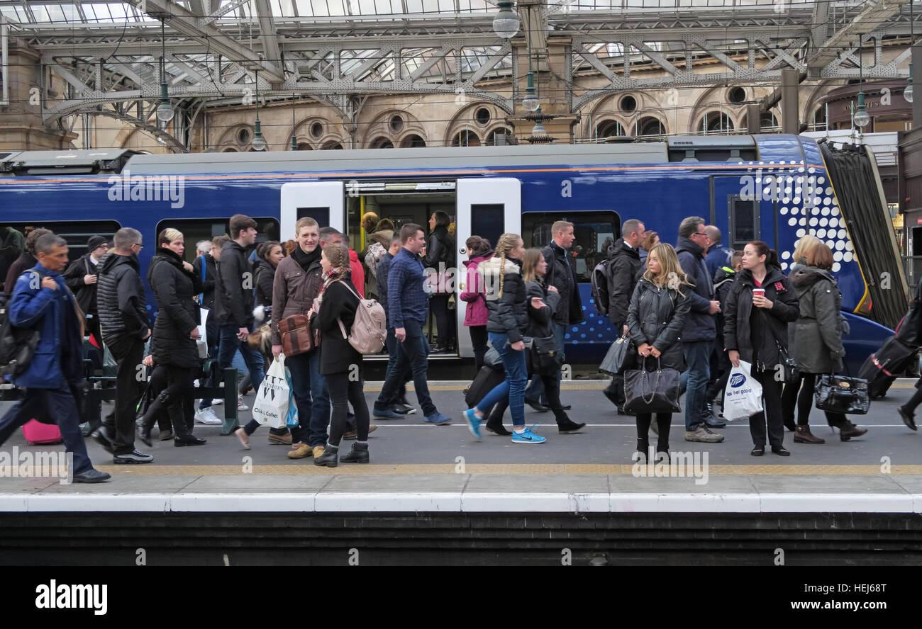 Laden Sie dieses Alamy Stockfoto Verpackt Scotrail Abellio-Zug-Wagen. Petition an wieder in Staatsbesitz, nach schlechten Service zu bringen - HEJ68T
