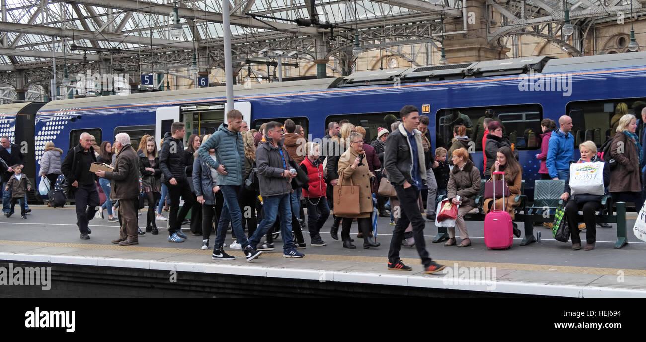 Laden Sie dieses Alamy Stockfoto ScotRail Abellio überlastet Zug Wagen, Petition, um wieder in Staatsbesitz, nach schlechten Service zu bringen - HEJ694