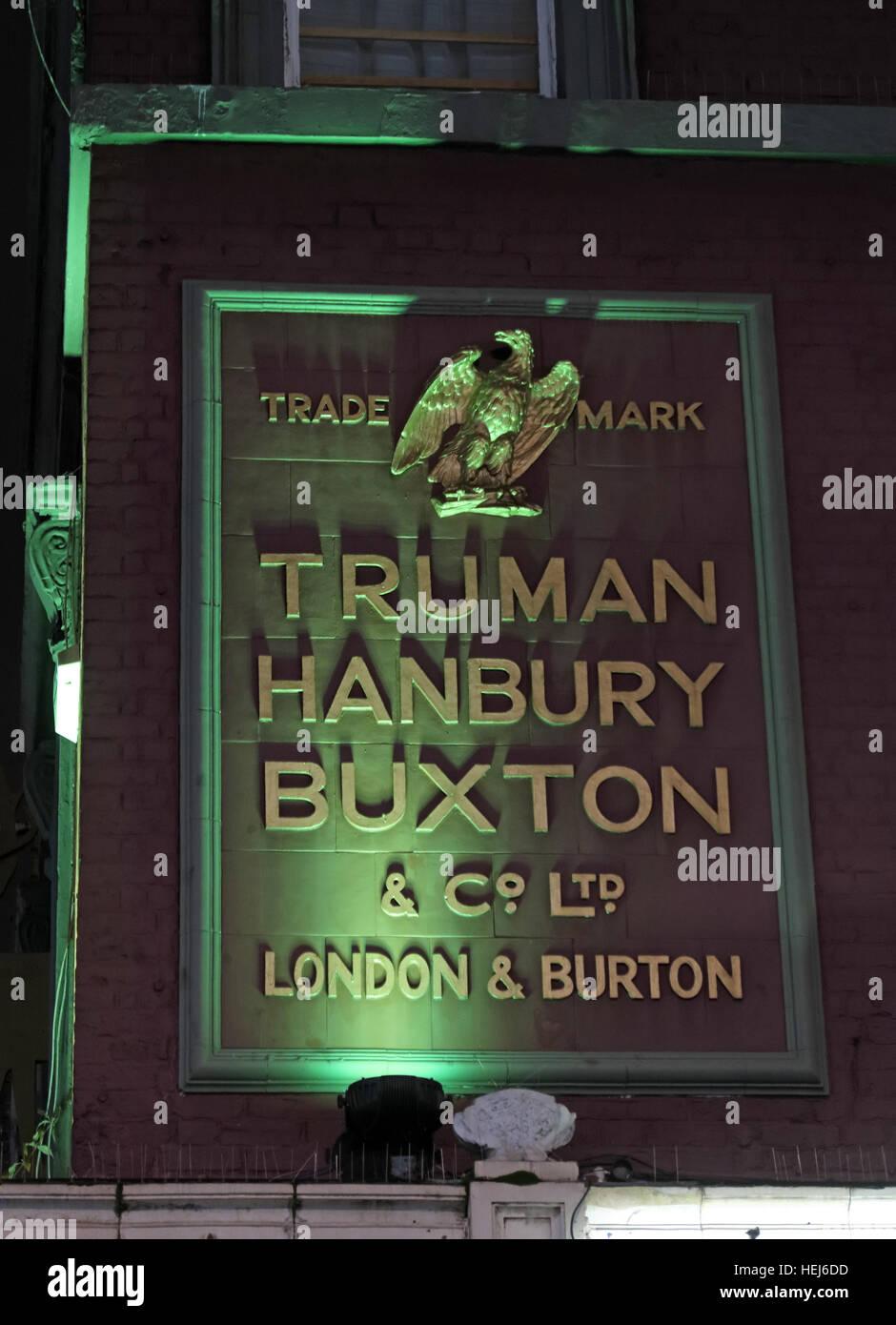Laden Sie dieses Alamy Stockfoto Camden Stadt bei Nacht, Nord-London, England, UK - Truman Hanbury Buxton Zeichen Burton Ales - HEJ6DD