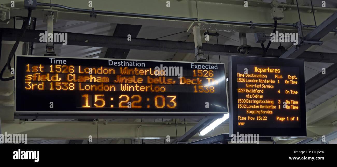 Laden Sie dieses Alamy Stockfoto Weihnachten festlich Humor auf South West Trains Informationen anzeigt, Central London, England, UK - HEJ6Y6
