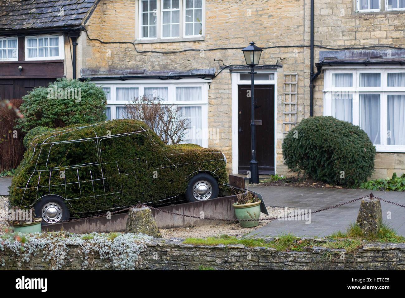 Mini Auto geformt Bush Bourton auf dem Wasser Stockbild