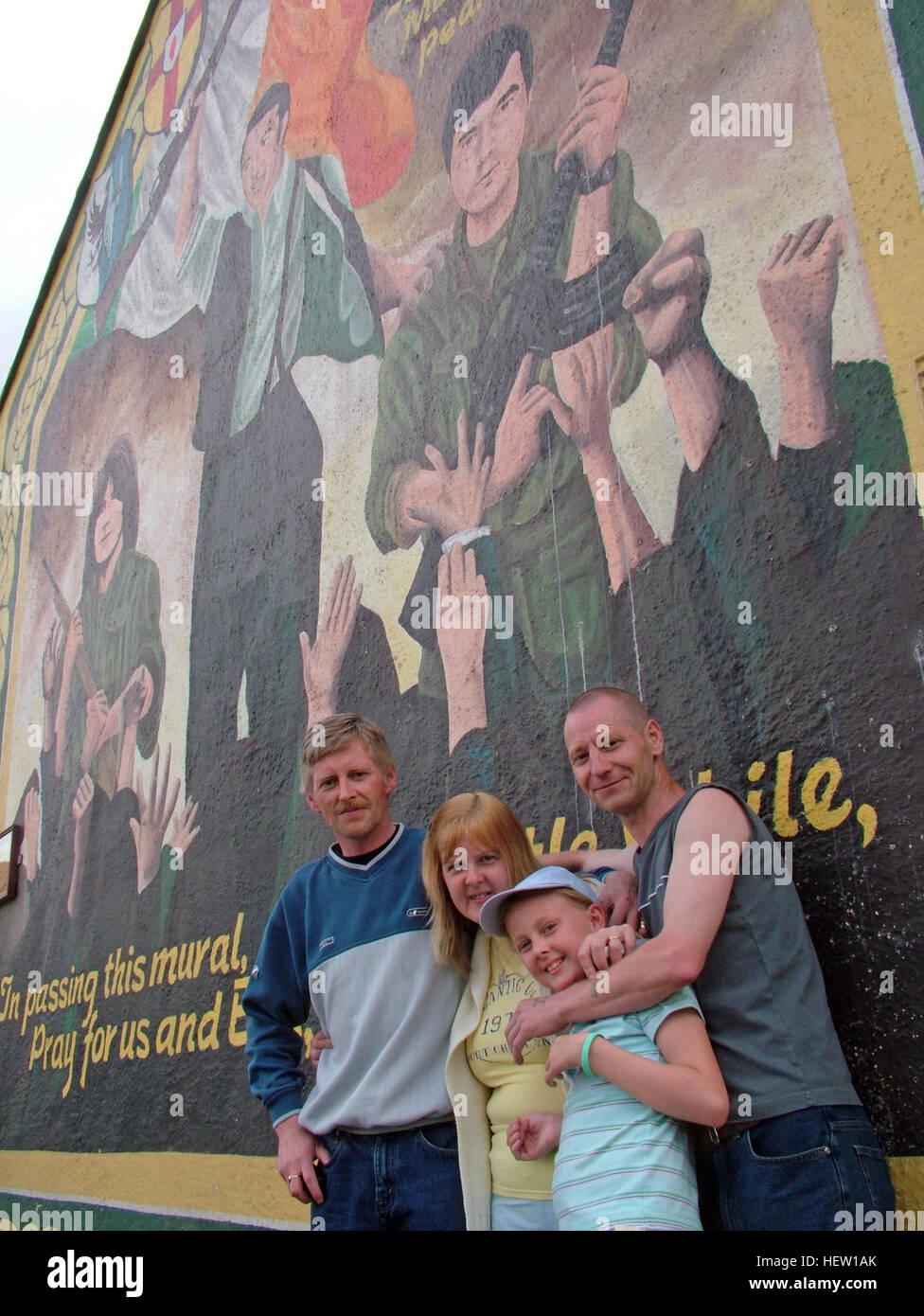 Laden Sie dieses Alamy Stockfoto Belfast fällt Rd republikanischen Wandbild, auf Giebelseite mit Familie. Gewidmet, Bobby McCrudden, Mundo O-Rawe, Pearse Jordan - HEW1AK