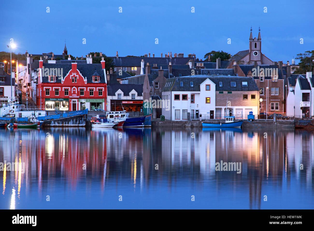 Laden Sie dieses Alamy Stockfoto Stornoway, Isle Of Lewis Hafen in der Abenddämmerung - HEW1MK