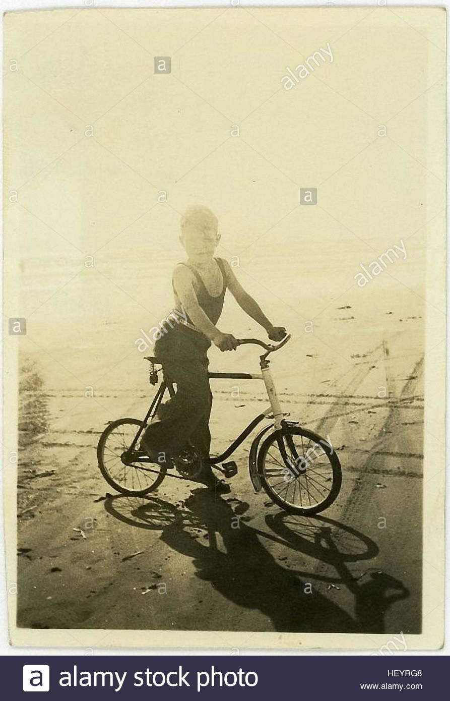 kleiner Junge mit dem Fahrrad in der Vintage Fotografie aus den 30er Jahren Stockbild