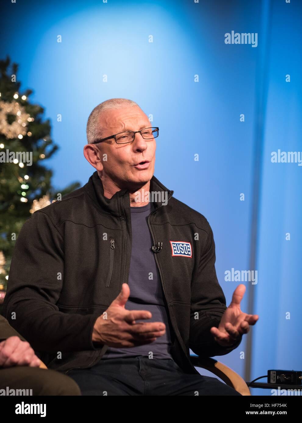 Starkoch Robert Irvine spricht über seine bevorstehende USO Tour in den Nahen Osten, US-Truppen in einem Fernseh Stockbild
