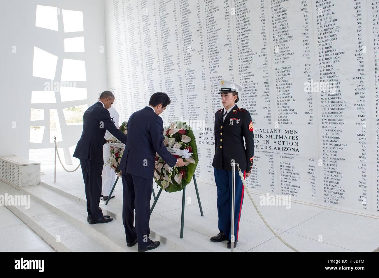 Pearl Harbour, Hawaii. 27. Dezember 2016. US-Präsident Barack Obama und der japanische Premierminister Shinzo Abe Stockfoto