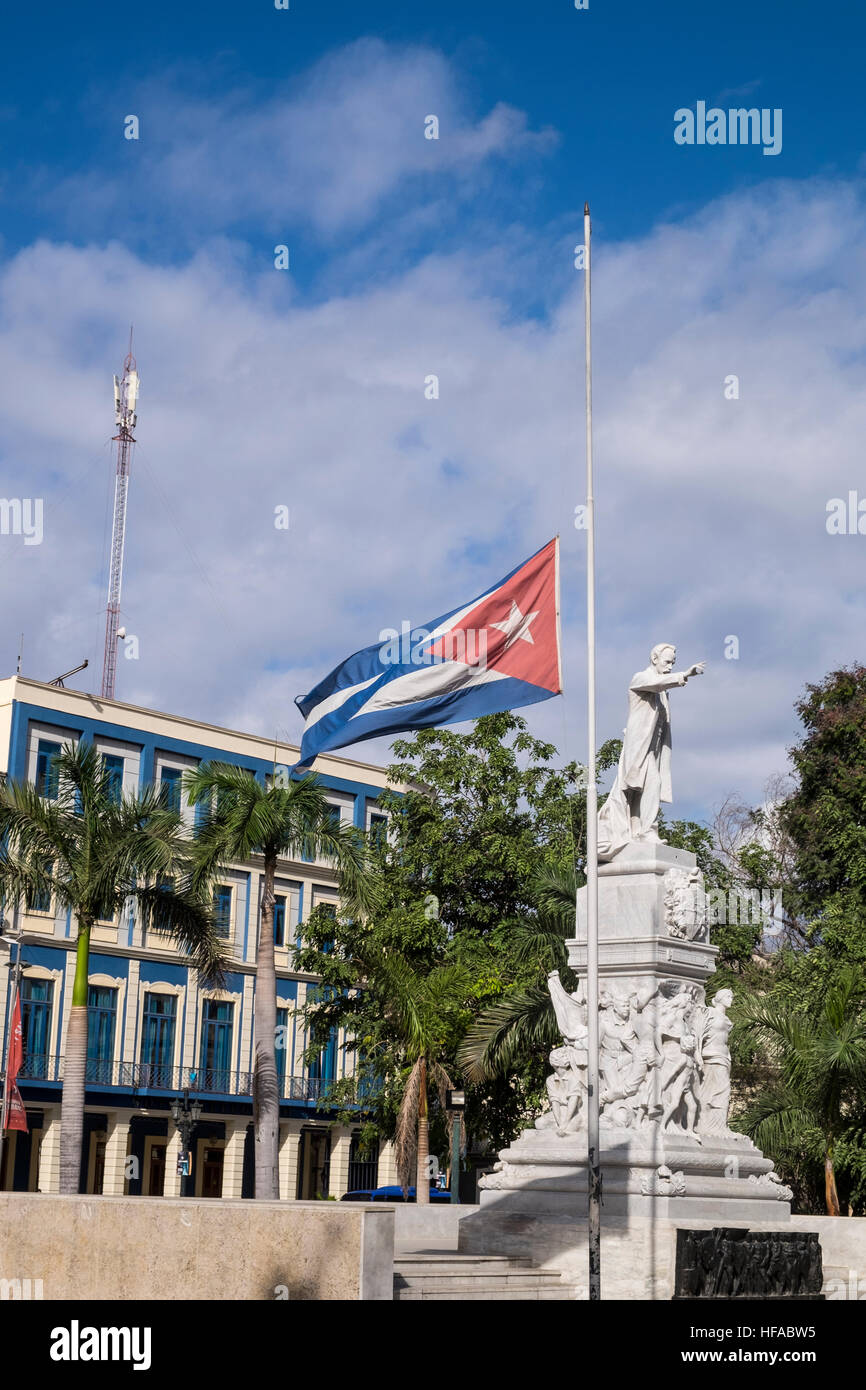 Flagge auf Halbmast mit Statue von Jose Marti auf den Tag, die Fidel Castros Tod angekündigt wurde, Parque Stockbild