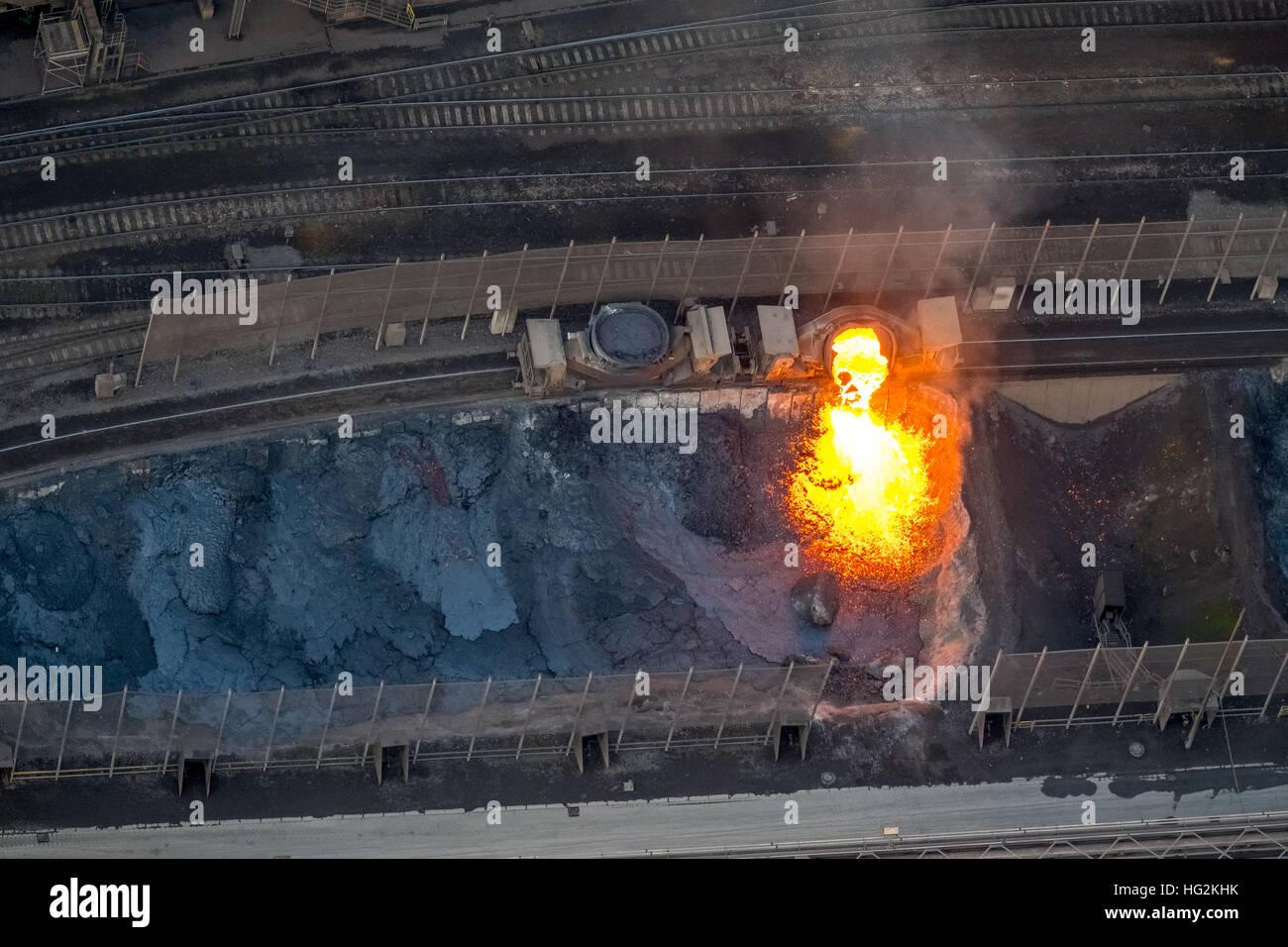 Luftbild, glühende Schlacke, Stahlwerk ThyssenKrupp Steel, Stahlerzeugung, Duisburg, Ruhr Aeria, Nordrhein Stockbild