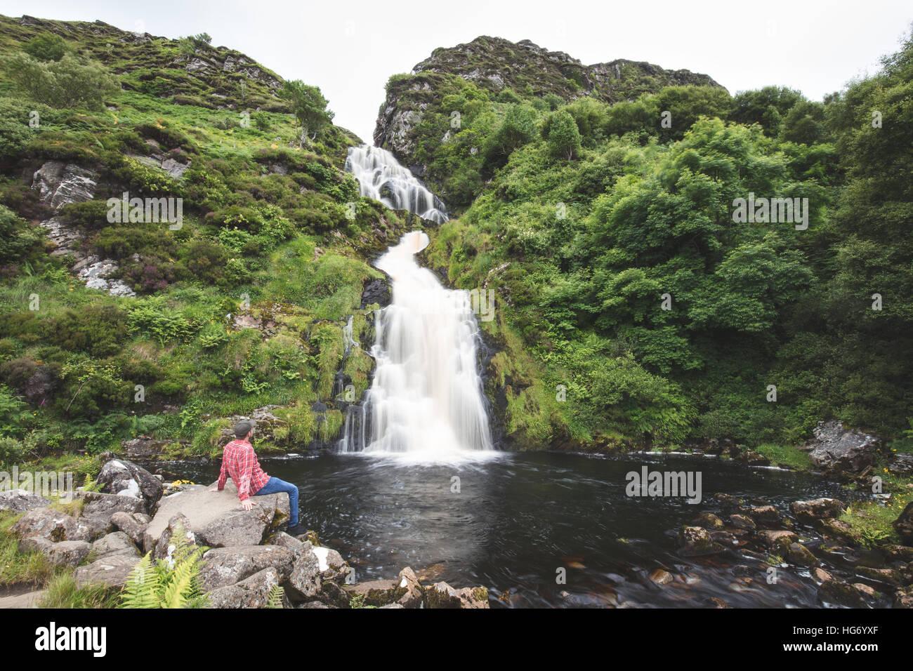 Einsamer Wanderer am Assarancagh Wasserfall, Adara.  County Donegal, Irland / Assarnacally Wasserfall Stockbild